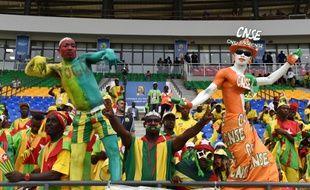 Des supporteurs du Togo et de la Côte d'Ivoire soutiennent leur équipe, lors de la CAN 2017 à Oyem, au Gabon, le 16 janvier 2017.