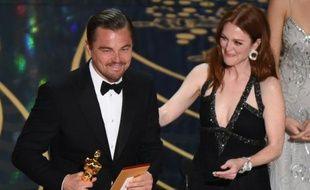 Leonardo DiCaprio reçoit son Oscar du meilleur acteur des mains de l'actrice Julianne Moore, le 28 février 2016 à Hollywood