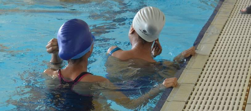 Deux enfants, dans un cours de natation, dans une piscine de Montpellier (illustration)