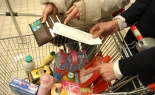 Illustration d'un couple faisant ses courses dans un supermarché parisien.