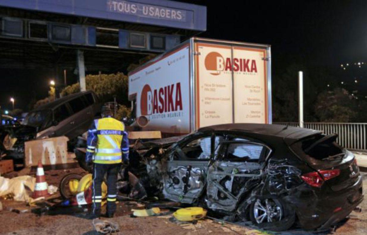 Une épave de voiture sur le lieu d'un accident provoqué par un camion à un péage sur l'autoroute A8 près de Nice, le 29 octobre 2015 – JEAN-CHRISTOPHE MAGNENET AFP