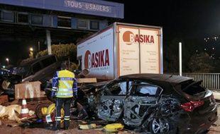 Une épave de voiture sur le lieu d'un accident provoqué par un camion à un péage sur l'autoroute A8 près de Nice, le 29 octobre 2015