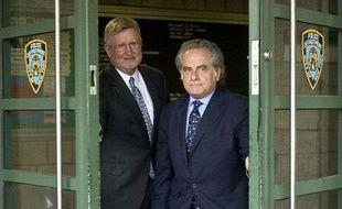 William Taylor, à gauche, et Benjamin Brafman, les deux avocats du patron du FMI, Dominique  Strauss-Kahn, quittent le siège de la «special victim unit» de la police de New York, à Harlem, le 15 mai 2011.