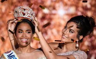 Le 15 décembre 2019, Clémence Botino couronnée Miss France 2020 par Vaimalama Chaves, Miss France 2019.
