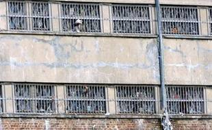 Un détenu de 45 ans, en attente de son procès pour le meurtre de sa femme, s'est pendu dimanche dans sa cellule de la maison d'arrêt d'Arras, a-t-on appris mardi de source syndicale pénitentiaire.