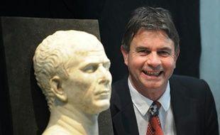 Luc Long pose le 21 mai 2008 à Arles, à côté du buste de Jules César