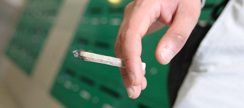 Illustration.  Cigarette roulee de cannabis dans un hall d immeuble de Nantes Nord. NANTES, le 05/09/2012