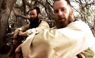 Une image d'une vidéo diffusée par Al-Qaïda au Maghreb islamique le 21 juin 2015 semble montrer les otages suédois Johan Gustafson (g) et sud-africain Stephen Malcolm McGown (d)