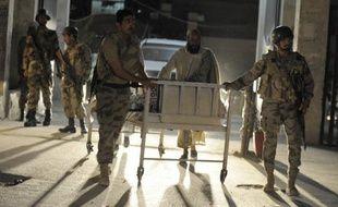 Un groupe responsable de plusieurs attaques contre la minorité musulmane chiite au Pakistan a revendiqué dimanche le double-attentat contre un bus transportant des jeunes femmes étudiantes et un hôpital dans le sud-ouest du pays, qui ont fait au moins 25 morts.