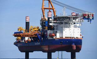 A l'origine de la pollution, le navire Aeolus réalise depuis quelques semaines des travaux de forage sur le chantier du parc éolien en baie de Saint-Brieuc.