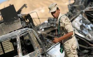 Des soldats égyptiens sur le site d'une attaque meurtrière à al-Wadi al-Gadid, près de la frontière lybienne, le 20 juillet 2014