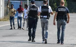 Une vingtaine de migrants à bord d'un car accompagnés par des membres associatifs de la