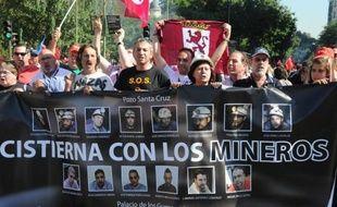 """Au son des pétards et des sifflets, des milliers de mineurs, certains arrivés la veille après une """"marche noire"""" de plus de 400 kilomètres, défilaient mercredi à Madrid contre les coupes dans le secteur qui signent, selon eux, """"la mort de la mine"""" en Espagne."""