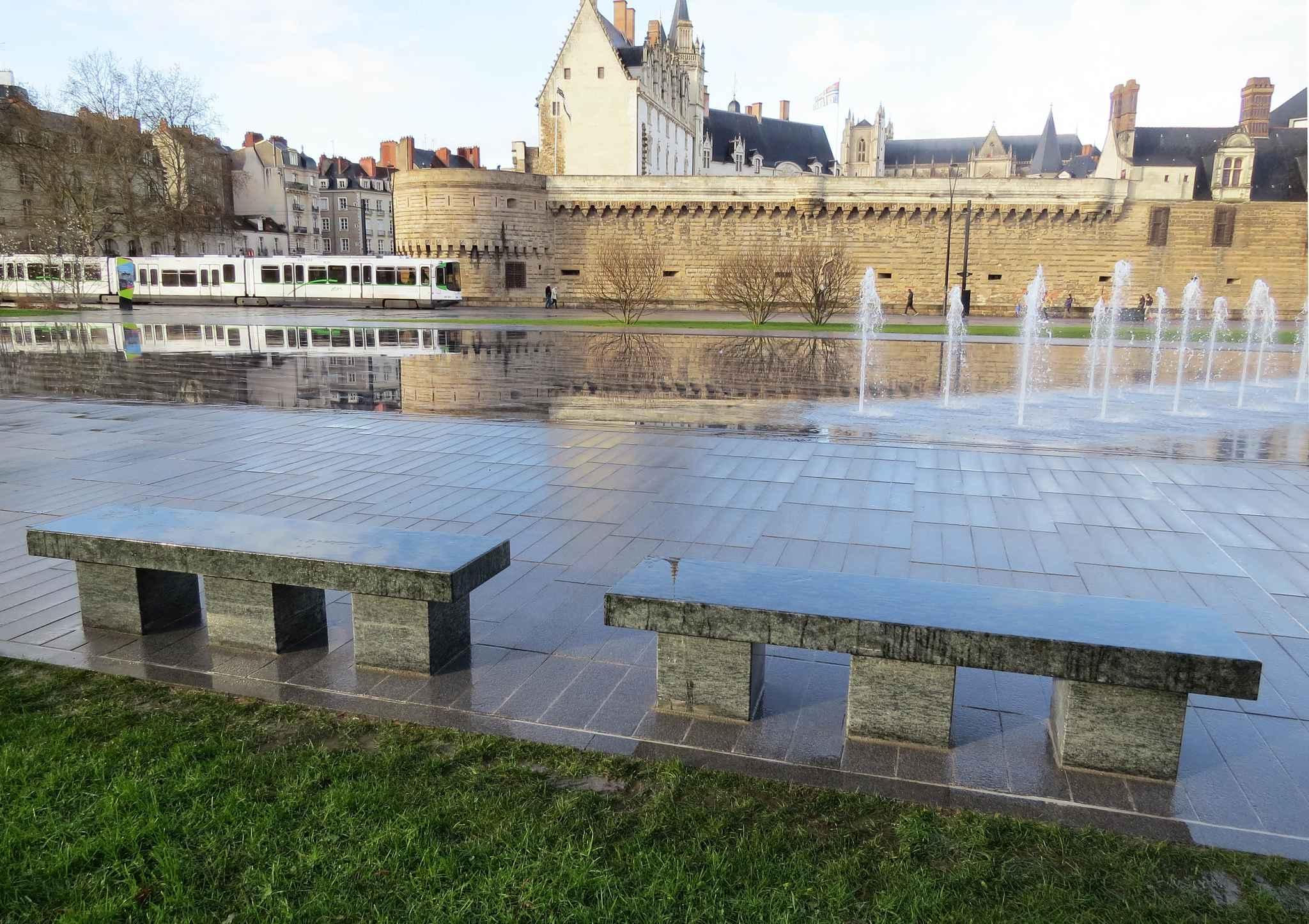 Nantes des bancs enfin autour du miroir d 39 eau for Miroir d eau nantes