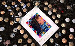 Reims, le 1er décembre 2016. Des anonymes ont déposé des bougies en mémoire du petit Tony, 3 ans, mort sous les coups de son beau-père.