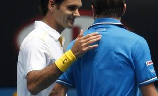 Roger Federer félicite Stanislas Wawrinka qu'il vient de battre en quart de finale de l'Open d'Australie, le 25 janvier 2011 à Melbourne.