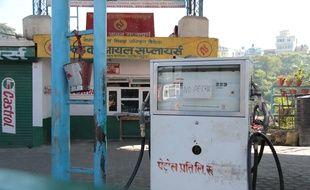 Une station d'essence fermée à Katmandou le 8 octobre 2015.