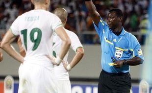 A la 39e minutes d'Algérie-Egypte, l'arbitre Koffi Codjia exclue le défenseur algérien Halliche, le 28 janvier 2010