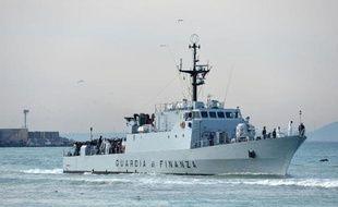 Un navire de la douane italienne, le 23 avril 2015