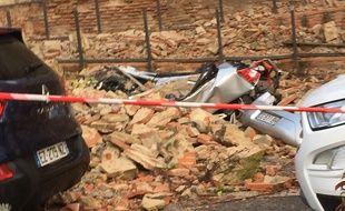 Plusieurs voitures ont été ensevelies par l'éboulement allées Jules-Guesde, à Toulouse.