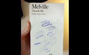 """MobyDick ou """"Maudit Bic""""? Une des couvertures détournées par Clémentine Mélois."""