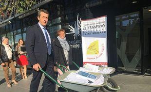 Le maire de Saint-Médard, Jacques Mangon, est venu le 20 septembre 2017 déposer les pétitions en faveur du tram à la Métropole de Bordeaux