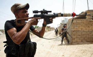 Des combattants chiites irakiens affrontent des jihadistes du groupe Etat islamique (EI) pour le contrôle de la ville de Baïji, sur l'axe entre Bagdad et Mossoul, le 8 juin 2015