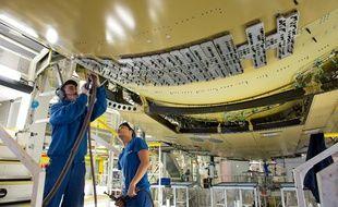 Une fois les pièces des entreprises artisanales reçures, les employés d'Airbus les assemblent.