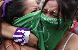Des militantes pour le droit à l'avortement célèbrent devant Congrès à Buenos Aires, en Argentine, le 11 décembre 2020.