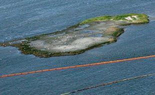 Une ile protégée par des bouées dans le Golfe du Mexique, vendredi 30avril 2010, alors que la marée noire approche.