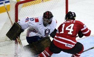 La Russie et le Canada, les deux favoris du championnat du monde de hockey sur glace, ont disposé aisément de leurs adversaires respectifs vendredi en lever de rideau du tournoi qui se déroule pour la première fois sur le sol canadien.