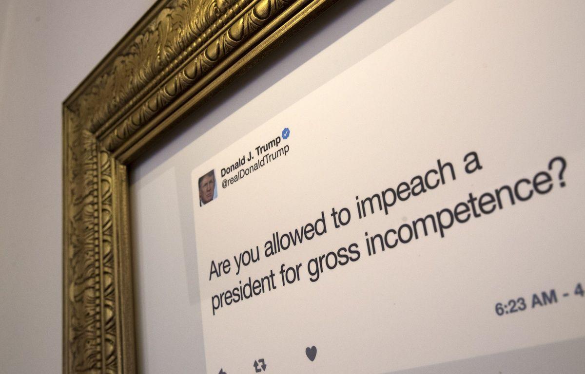 Les tweets les plus célèbres de Donald Trump apparaissent encadrés de dorure, un peu comme dans un musée, lors de cette exposition éphémère à New York du 16 au 18 juin 2017.  – Drew Angerer / GETTY IMAGES NORTH AMERICA / AFP