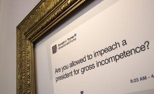 Les tweets les plus célèbres de Donald Trump apparaissent encadrés de dorure, un peu comme dans un musée, lors de cette exposition éphémère à New York du 16 au 18 juin 2017.