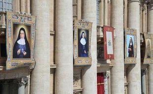 De GàD les portraits de Ste Marie Alphonsine Ghattas, Ste Emilie de Villeneuve, Ste Maria Cristina et Ste Mariam Bawardy accrochés à la basilique Saint Pierre le 17 mai 2015 à Rome