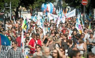 Les enseignants ont défilé dans les rues de Bordeaux, hier midi.