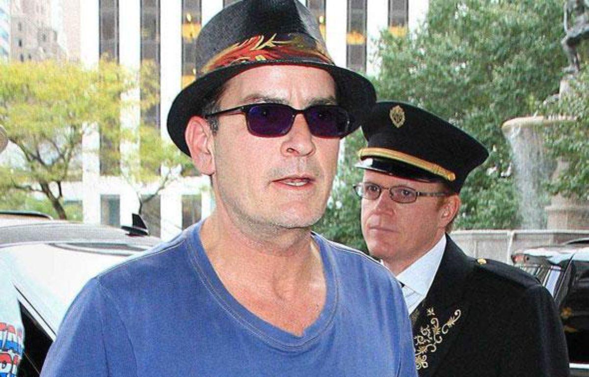 L'acteur américain Charlie Sheen devant son hôtel à New York, le 25 octobre 2010. – JACKSON LEE/STARMAX/SIPA