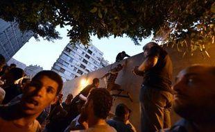"""Des milliers d'Egyptiens, en majorité des salafistes, ont manifesté mardi devant l'ambassade américaine au Caire pour dénoncer le film, selon eux """"anti-islam"""", de coptes vivant aux Etats-Unis, certains arrachant le drapeau pour le remplacer par un étendard islamique."""