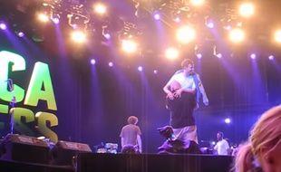 Damon Albarn emporté par un vigile hors de la scène, le 4 juillet au festival Roskilde.