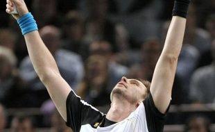 Le Suédois Robin Soderling a remporté son premier tournoi de Paris-Bercy en battant le Français Gaël Monfils en deux sets 6-1, 7-6 (7/1) dimanche en finale.