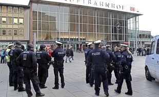Des policiers devant la gare de Cologne, en Allemagne, le 6 janvier 2016.