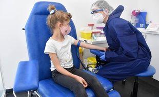 Une enfant recevant un test sérologique à Antibes pour déterminer si elle a été infectée par le coronavirus (illustration).