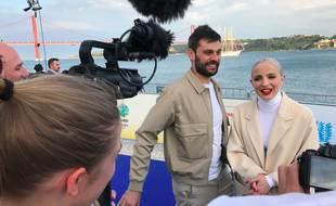 Le duo Madame Monsieur, Jean-Karl Lucas et Emilie Satt, face à des journalistes sur le tapis bleu de la cérémonie d'ouverture de l'Eurovision, le 6 mai 2018.