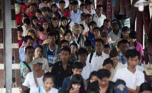 Les passagers d'un ferry débarquent à Rangoun, le 30 août 2014