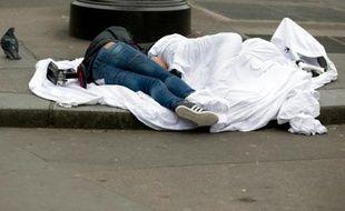Des sans-abris dorment à même le sol rue de Rivoli, à Paris le 2 avril 2015