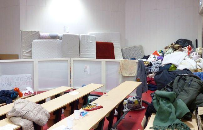 Le 21 novembre 2017. Des migrants sont abrités depuis quelques jours dans un amphi de Lyon-II sur le campus de Bron.