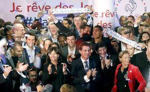 Anne Hidalgo, maire de Paris, Manuel Valls, Premier ministre et Patrick Kanner, ministre des sports, lors du lancement de la campagne de financement participatif de la candidature de Paris aux JO de 2024, le 25 septembre 2015.