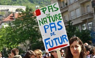 Des manifestants pour le climat dans le cortège du 1er Mai à Grenoble.