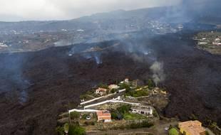 La lave d'une éruption volcanique s'écoule, détruisant des maisons sur l'île de La Palma aux Canaries, en Espagne, le 21 septembre 2021.