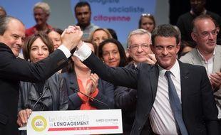 Jean-Christophe Cambadélis et Manuel Valls à Tours lors de la 6e université de l'engagement du PS, le 22 octobre 2016.