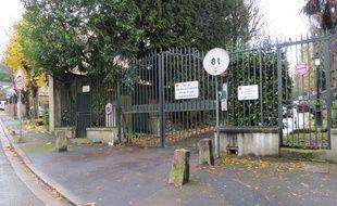 L'entrée du parc de Marnes-la-Coquette abritant la résidence de Johnny Hallyday